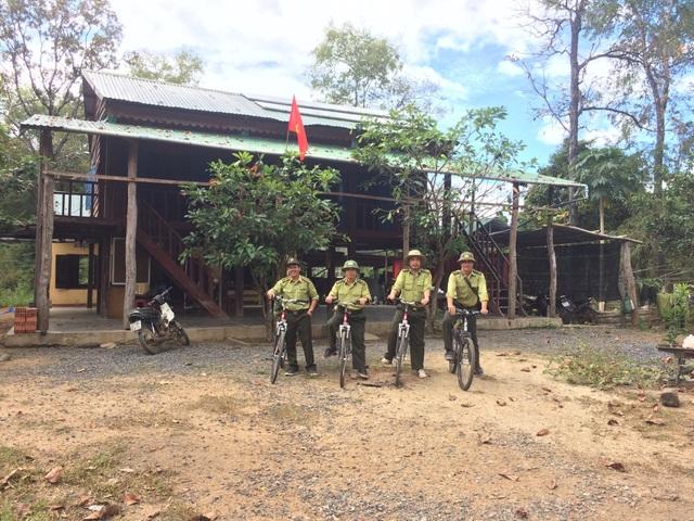 Cán bộ kiểm lâm chuẩn bị tuần tra rừng bằng xe đạp