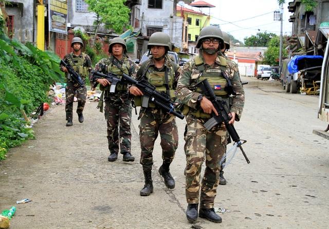 Tính đến hôm nay 8/6, cuộc bạo loạn tại thành phố Marawi trên đảo Mindanao, miền nam Philippines đã bước sang ngày thứ 17, tuy nhiên quân đội chính phủ Philippines vẫn chưa thể kiểm soát tình hình dù đã triển khai nhiều binh lính và khí tài quân sự hiện đại tới trấn áp các phiến quân.Trong ảnh: Binh lính quân đội Philippines tuần tra trên các tuyến đường tại Marawi. (Ảnh: Reuters)
