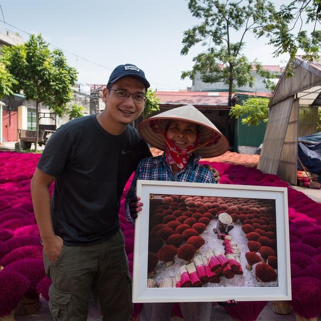 Trần Tuấn Việt tìm lại để trao món quà kỷ niệm cho người phụ nữ nhỏ nhắn, với bàn tay dính đầy màu hương đỏ, nhân vật trong bức ảnh Making Incense, tình cờ được xuất hiện khắp nơi trên thế giới qua ấn bản tháng 6/2017 của National Geographic Magazine.