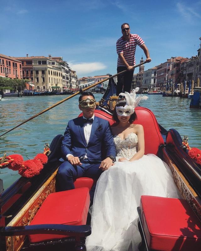 Nắm tay nhau ở Venice, Ý.