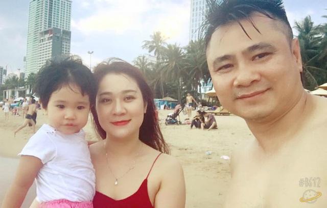 Diễn viên Tự Long chia sẻ ảnh đưa vợ và con đi biển du lịch. Bà xã của nam diễn viên nhận được nhiều lời về nhan sắc trẻ trung, xinh đẹp.