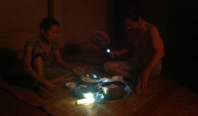 Bữa cơm bên ánh đèn pin tù mù.