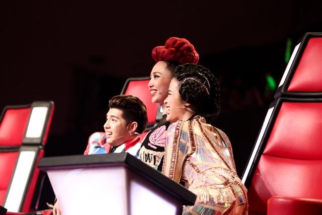 Tóc Tiên, Noo Phước Thịnh, Đông Nhi thích thú trước màn song ca của đàn chị và nam thí sinh.