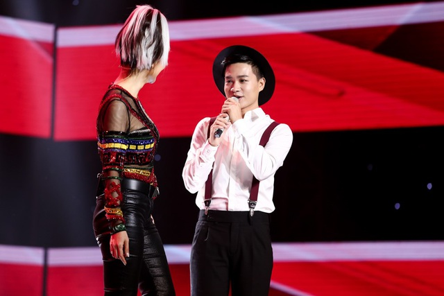 Thu Minh lên sân khấu song ca cùng Tùng Anh.