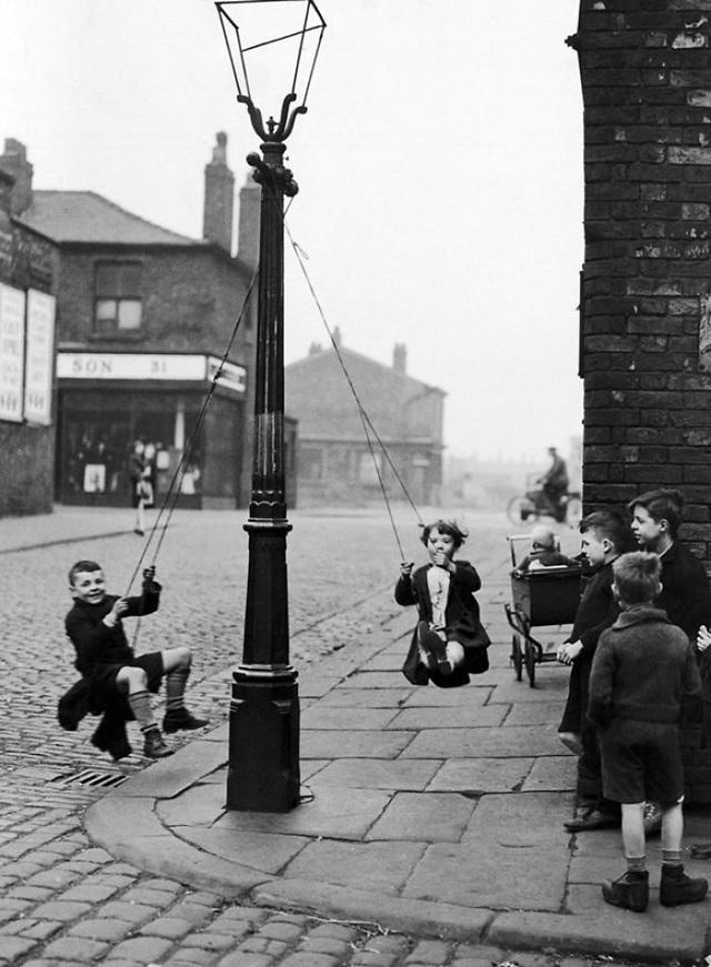 Cột đèn góc phố - nơi tụ họp của tuổi thơ.