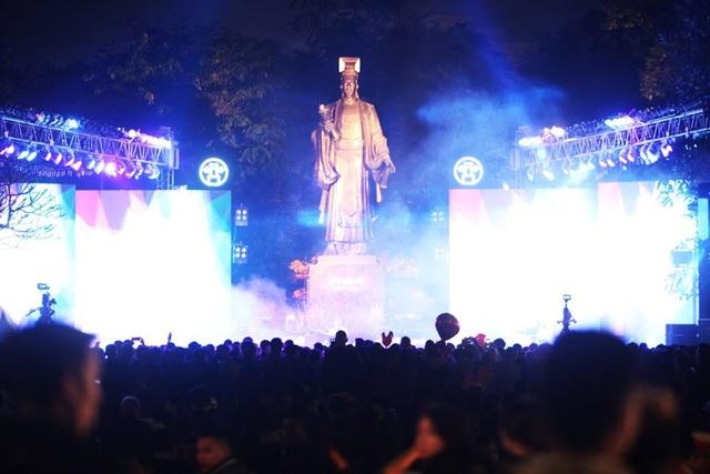 Khu vực tượng đài Lý Thái Tổ thu hút đông người với chương trình biểu diễn văn nghệ.