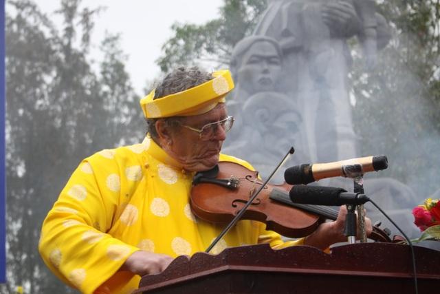 Ông Roy Mike Boehm - một cựu binh Mỹ năm nào vào ngày này cũng kéo đàn vĩ cầm dưới chân tượng đài chứng tích Sơn Mỹ