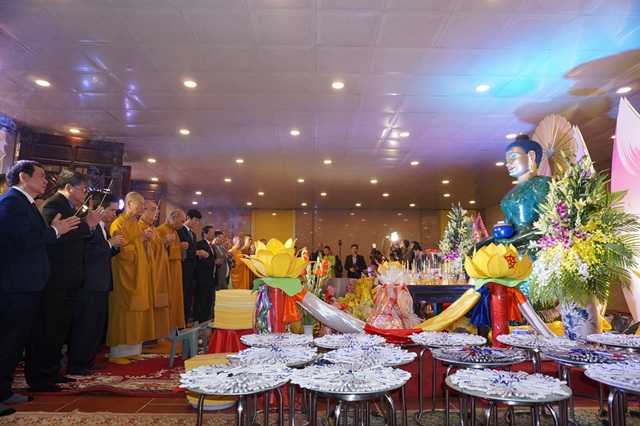 Pho tượng Phật bằng ngọc bích nguyên khối lớn nhất thế giới, nặng 18 tấn đang được triển lãm tại chùa Đại Tuệ, thu hút rất đông du khách đến chiêm bái trong những ngày đầu năm.