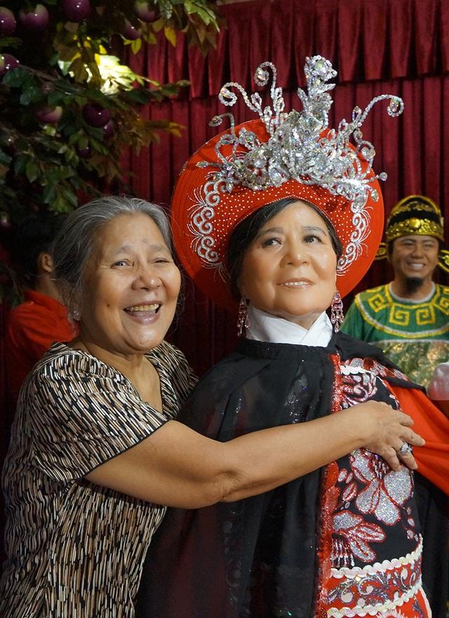 Nghệ sĩ Lê Thiện xúc động khi hình ảnh nhân vật thần phi Nguyễn Thị Anh - vai phản diện trong vở Rạng ngọc Côn Sơn vẫn được khán giả nhớ đến cho tới bây giờ mặc dù bà đã chuyển sang đóng phim nhiều hơn.