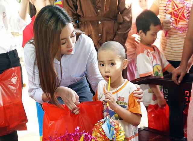 Sự gần gũi, thân thiện, hòa đồng của Mỹ Linh, Thanh Tú đã mang đến cho các em nhỏ một trung thu ấm áp, tràn đầy yêu thương.