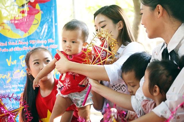 Đây là lần đầu tiên tới làng chài vui Trung thu thiện nguyện của người đẹp Mỹ Linh và Thanh Tú