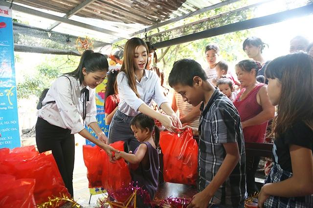 Hai người đẹp 9x trao tặng các phần quà nhân dịp Tết thiếu nhi cho các gia đình và các em nhỏ đang sống tại làng Chài