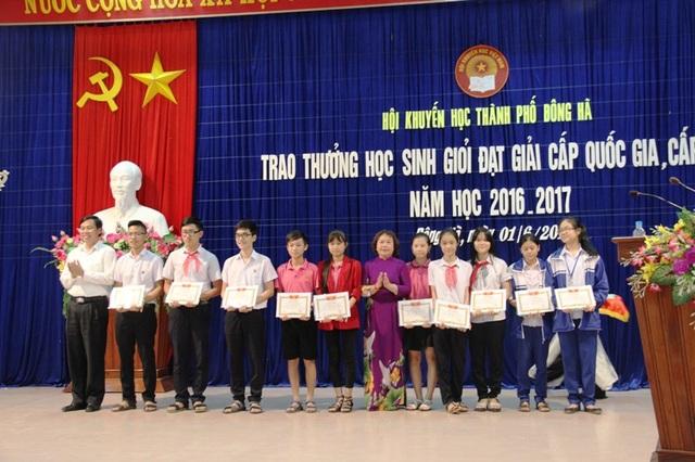 Bà Nguyễn Thị Hồng Vân, Chủ tịch Hội khuyến học tỉnh Quảng Trị và ông Nguyễn Đăng Quang, Bí thư Thành ủy Đông Hà trao thưởng cho các em học sinh