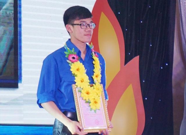 Nguyễn Lưu Cảnh Hào - nam sinh có nhiều thành tích xuất sắc trong học tập được Tỉnh đoàn Nghệ An tuyên dương là thanh niên tiên tiến làm theo lời Bác