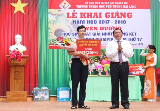 Ông Nguyễn Văn Hùng trao tặng quà của Bộ trưởng Bộ KH-ĐT Nguyễn Chí Dũng cho em Minh