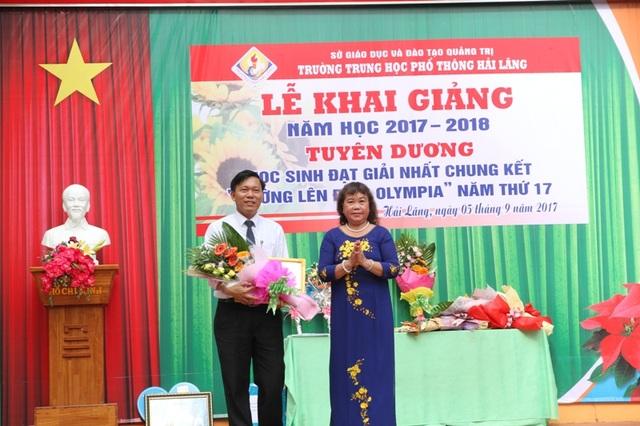Bà Nguyễn Thị Hồng Vân, Chủ tịch Hội Khuyến học tỉnh Quảng Trị tặng quà cho nhà trường và cá nhân em Nhật Minh