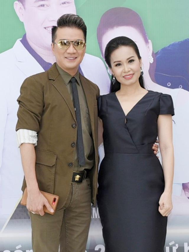 Ca sĩ Cẩm Ly khá thân thiết với đàn anh Đàm Vĩnh Hưng và cũng chịu nhiều tác động từ nam ca sĩ trong một số chương trình.