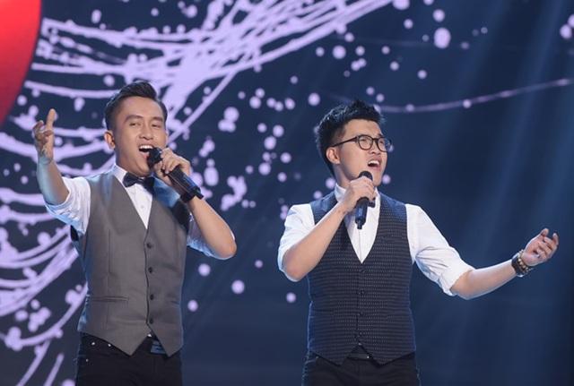 """Hai nam thí sinh ăn ý từ cách ăn mặc, cách trình diễn và hòa quyện về giọng hát khi dự thi ca khúc """"Mắt lệ cho người""""."""
