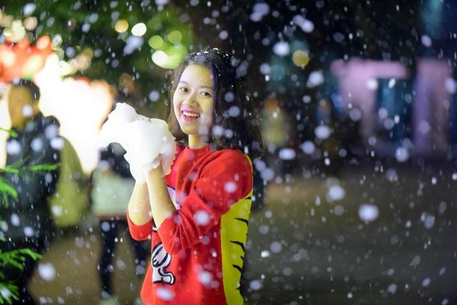 Mặc dù là tuyết giả nhưng giống tuyết rơi thật, rất đẹp. Năm nay mình nhất định sẽ đón một lễ Giáng sinh tại trường, bạn Phan Thị Linh Giang, sinh viên khoa QTKD ĐH Thăng Long, chia sẻ.