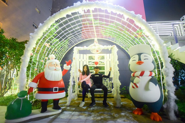 """Giới trẻ thích thú với """"tuyết rơi"""" ở Hà Nội - 11"""