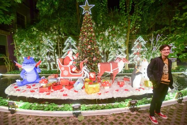 Ngoài khu vực tuyết rơi, khắp khuôn viên trường được trang trí về chủ đề giáng sinh.