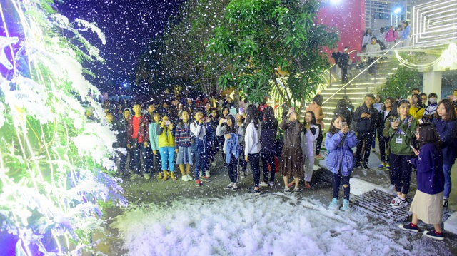 Được biết, máy tạo bọt tuyết đang được phun thử nghiệm trước khi cho phun phạm vi cả trường trong dịp Giáng sinh.