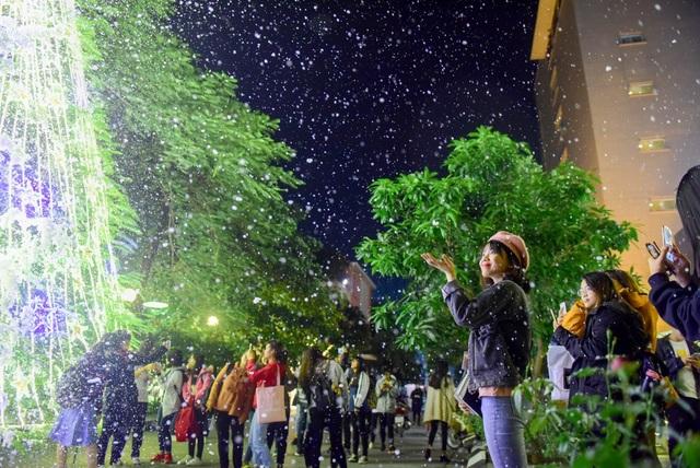 Máy phun tuyết hoạt động thử trong hơn 30 phút, nhưng vẫn đủ thời gian cho các bạn trẻ lưu lại những bức hình đẹp để khoe với bạn bè.