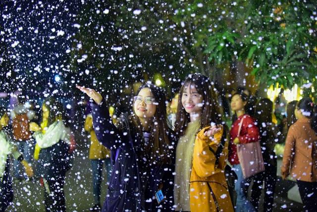 Máy phun tuyết được thử nghiệm trong khoảng thời gian ngắn nhưng nhiều bạn trẻ đã đến để xem và tranh thủ chụp hình.