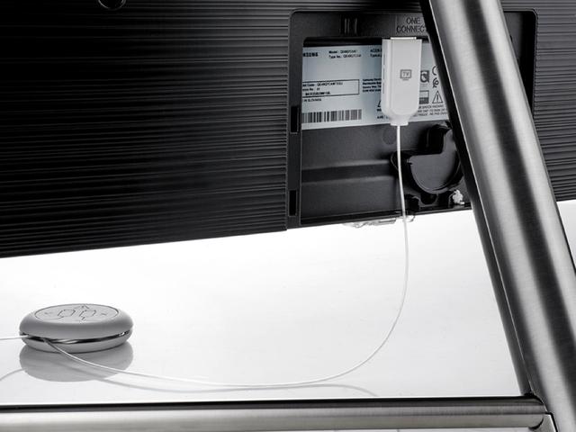 Việc xử lý dây nối tinh tế gọn gàng giúp mang lại tổng thể hài hoà cho Samsung 49Q7F