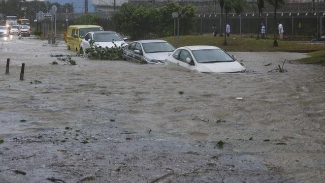 Lũ lụt và cây đổ la liệt trên đường cạnh ga tàu điện ngầm Heng Fa Chuen, cảng Chai Wan khi cơn bão Hato ập đến Hong Kong. (Nguồn: Sam Tsang)