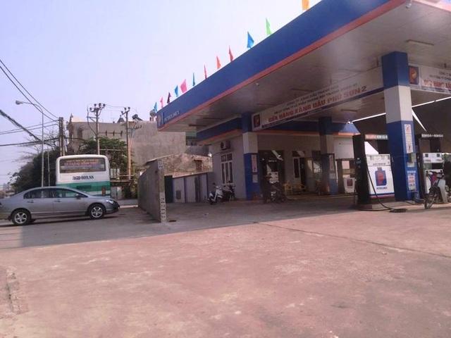 Do bị phá đi một khoảng khiến xe từ đường Nguyễn Trãi ra vào cây xăng rộng rãi hơn.