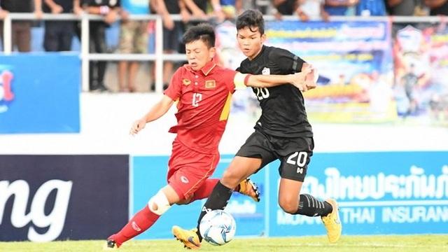 U15 Việt Nam (áo đỏ, bên trái) thi đấu tự tin trước U15 Thái Lan (áo đen, bên phải)