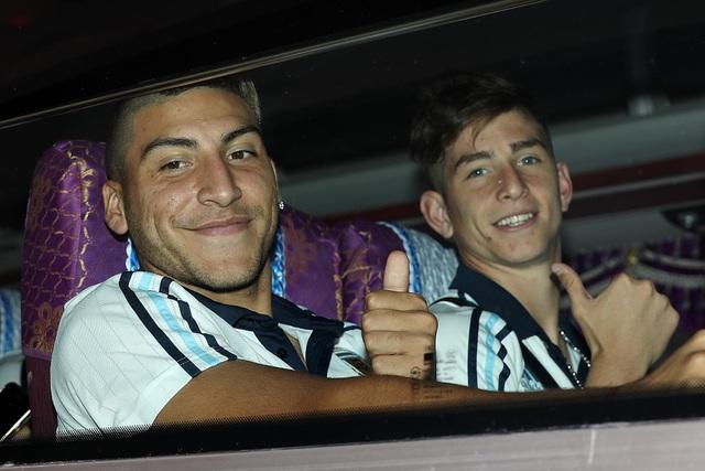 Cầu thủ U20 Argentina chào khán giả Việt Nam trên xe bus