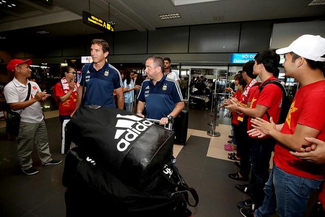 Các cầu thủ U20 Argentina có mặt ở Nội Bài chiều ngày 12/5