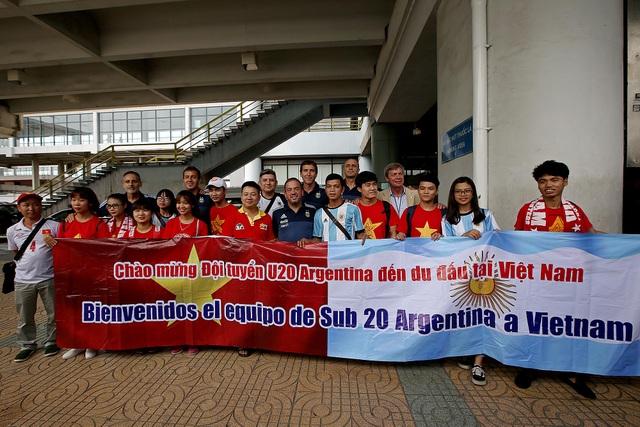 Số ít cổ động viên Việt Nam có mặt ở sân bay Nội Bài