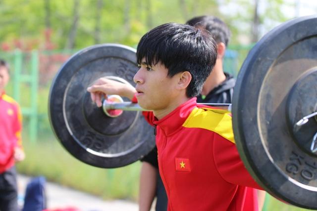 """U20 Việt Nam nhồi thể lực bằng """"món tạ"""" ở Hàn Quốc - 1"""