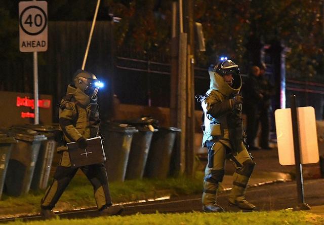 Đội rà phá bom mìn tới hiện trường vụ tấn công (Ảnh: Reuters)