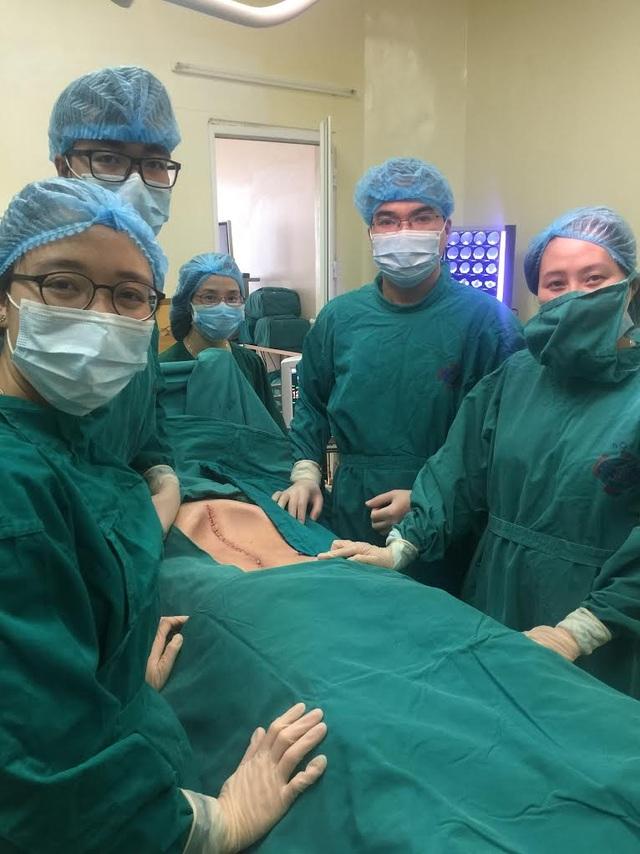 Bụng bệnh nhân đã xẹp hẳn xuống khi khối u 16kg được lấy ra khỏi cơ thể. Ảnh: BS cung cấp.