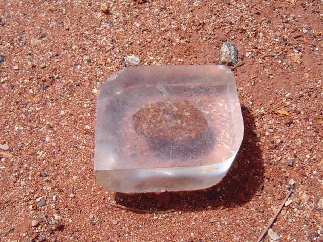 Một trong những mẩu đá du khách nhặt quanh khu vực vùng núi Uluru và phải gửi trả lại
