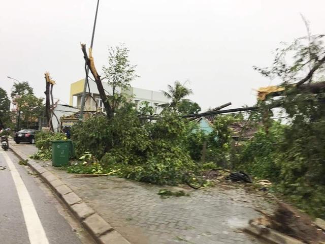 Những khung cảnh tan hoang vì lốc không khác gì bị dội bom ở Thị xã Hương Thủy