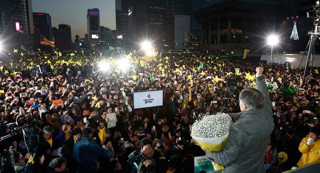 Ông Moon, ứng cử viên của đảng Dân chủ, phát biểu trước hàng trăm người ủng hộ, trong cuộc bầu cử tổng thống năm 2012. (Ảnh: Korea Times)