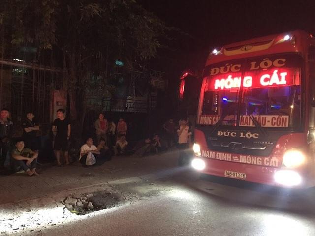 Dù chạy trong đêm nhưng chiếc xe nhồi nhét khách này không qua mặt được lực lượng CSGT Quảng Ninh (ảnh CSGT cung cấp)