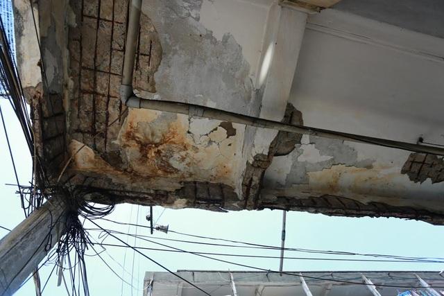 Trần nhà bong tróc lòi sắt thép ra ngoài tại chung cư Ấn Quang, quận 10.