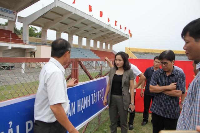 Thứ trưởng Bộ VHTT&DL Trịnh Thị Thủy kiểm tra mức độ an toàn của sân đấu (ảnh CTV)