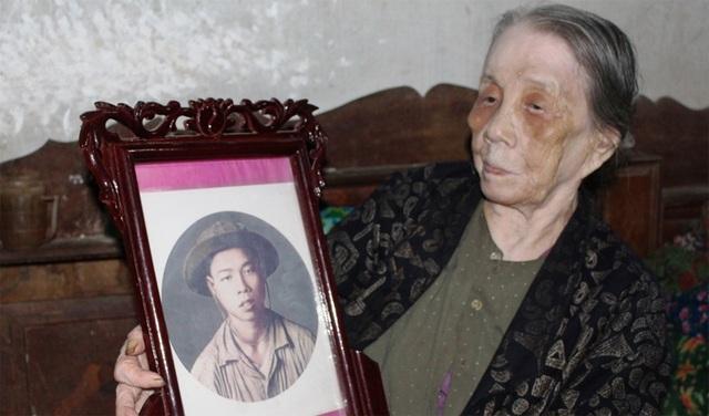 Cụ Yến và di ảnh của con trai hi sinh năm 1969 (ảnh: Văn Định)