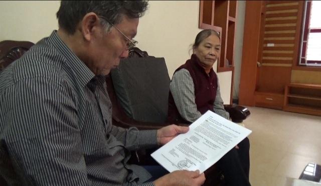 Ông Định cầm trên tay văn bản của Thủ tướng giao Bộ LĐ-TB&XH xử lí nội dung báo Dân trí phản ánh về những thiệt thòi của người cha của mình.