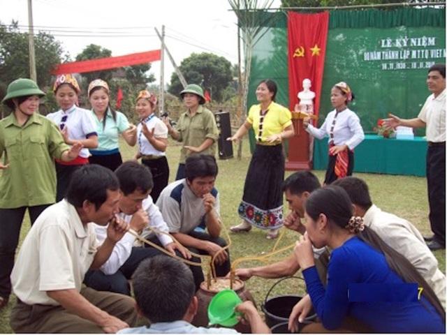Bà con dân Tộc Thái ở bản Bãi Gạo (xã Châu Khê Con Cuông Nghệ An) vui rượu cần ngày Đại đoàn kết dân tộc.