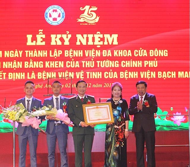 Ông Nguyễn Xuân Đường - Chủ tịch UBND tỉnh Nghệ An trao Bằng khen của Thủ tướng Chính phủ cho BVĐK Cửa Đông.