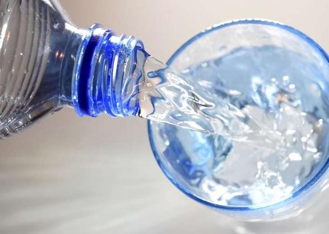 Ai cũng đã từng uống nước sai theo cách này - 1