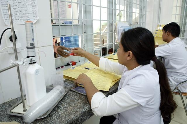 Bệnh nhân đến Trung tâm Phòng, chống HIV/AIDS tỉnh để uống methadone. Ảnh: Dương Ngọc.